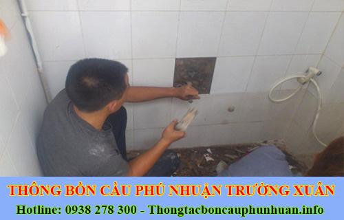 Thợ sửa bồn cầu nhà vệ sinh bị nghẹt tại Quận Phú Nhuận.