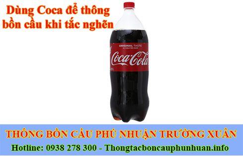 Dùng Coca để thông bồn cầu khi tắc nghẽn